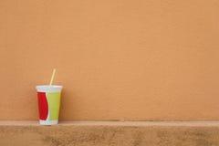 Яркая чашка перед стеной Стоковая Фотография RF