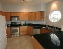 яркая чистая кухня просторная Стоковое фото RF