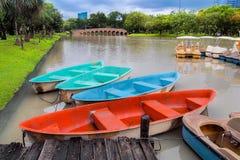 Яркая шлюпка цвета в пруде на парке стоковые фото