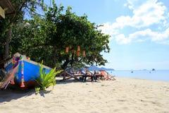 Яркая шлюпка с взглядом на пляже Стоковая Фотография