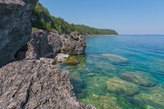 Яркая ясная вода зеленого цвета aqua на полуострове Брюс с большое limest Стоковое Изображение RF