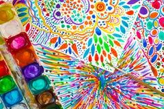 Яркие абстрактные интуитивные картина, акварель, палитра и paintbrush Иллюстрации нарисованные рукой смешные Цветки нарисованные  Стоковые Изображения RF
