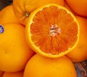 Яркие апельсины на итальянском конце рынка вверх по освежать здоровый стоковые изображения rf