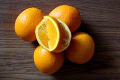 Яркие апельсины сочные на деревянных досках в кухне стоковые фото
