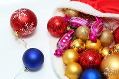 Яркие безделушки рождества, игрушки в сумке Стоковое Изображение