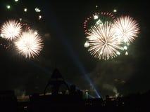 Яркие белые фейерверки освещают небо с их огненными шарами стоковое фото rf