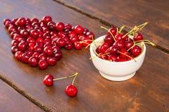 Яркие вишни красного цвета свеже выбранные предыдущие сладостные Стоковая Фотография RF