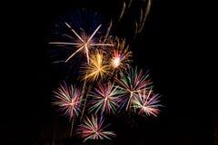 Яркие вспышки фейерверков стоковые фотографии rf