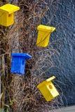 Яркие декоративные деревянные birdhouses Стоковые Фотографии RF