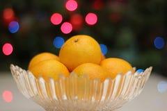 Яркие желтые мандарины на рождественской елке стоковое изображение
