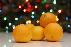 Яркие желтые мандарины на рождественской елке стоковые изображения rf