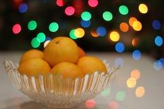 Яркие желтые мандарины на рождественской елке Стоковая Фотография RF