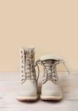 Яркие кожаные ботинки зимы на светлой деревянной предпосылке Стоковые Фото
