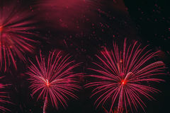 Яркие красные накаляя сферы и мелькая звезды, фейерверки Элегантная предпосылка для всех праздников празднично стоковое фото