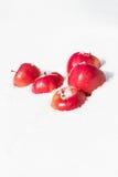 Яркие красные яблоки лежа на снеге Вертикальный Восток стоковое изображение