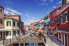 Яркие красочные дома в острове Burano на краю венецианской лагуны Венеция Стоковые Изображения