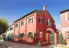 Яркие красочные дома на острове Burano на краю венецианской лагуны Венеция Стоковая Фотография RF