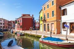 Яркие красочные дома на острове Burano на краю венецианской лагуны Венеция Стоковое фото RF