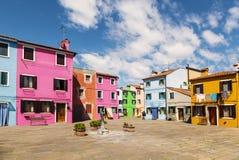 Яркие красочные дома на острове Burano на краю венецианской лагуны Венеция Стоковые Фото