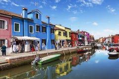Яркие красочные дома на острове Burano на краю венецианской лагуны Стоковое Изображение