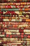 Яркие, красочные турецкие ткани, покрывала и банданы с различными восточными картинами Текстура ткани или ткани, стоковая фотография