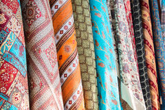 Яркие, красочные турецкие ткани, покрывала и банданы с различными восточными картинами Текстура ткани или ткани, стоковая фотография rf