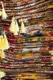 Яркие, красочные турецкие ткани, покрывала и банданы с различными восточными картинами Текстура ткани или ткани, стоковые изображения rf