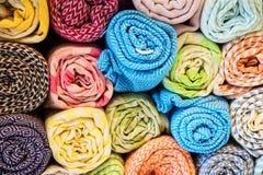 Яркие, красочные турецкие ткани, покрывала и банданы с различными восточными картинами Текстура ткани или ткани, стоковое изображение rf