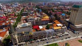 Яркие крыши Батуми, жилищные строительства около Европы придают квадратную форму с припаркованными автомобилями стоковые фото