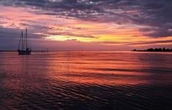 Яркие малиновые облака и seascape восхода солнца неба с водой отражают Стоковая Фотография RF