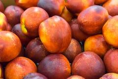 Яркие нектарины в рынке стоковое изображение rf