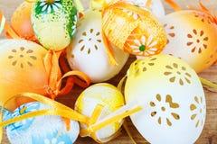 Яркие пасхальные яйца цвета с смычками Стоковые Изображения RF