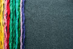 Яркие пестротканые пряжи потока вышивки Пасма multicolo Стоковое фото RF
