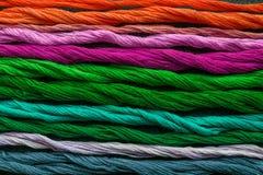 Яркие пестротканые пряжи потока вышивки Пасма multicolo Стоковое Фото