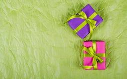 Яркие подарочные коробки на rumpled бумажной предпосылке предпосылки праздничные съемка предпосылки близкая бумажная вверх Стоковая Фотография