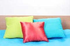 Яркие подушки на кровати Стоковое Фото