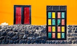 Яркие покрашенные двери и окно в оранжевом доме Стоковая Фотография RF