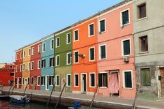 яркие покрашенные дома на острове Burano в Венеции в Италии Стоковое Фото
