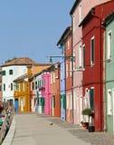 Яркие покрашенные дома на острове Burano в Венеции Стоковые Изображения