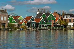 Яркие покрашенные дома рекой Стоковая Фотография RF