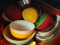 Яркие покрашенные пластичные чашки, красный цвет, желтый цвет, зеленый цвет, белизна, сложенная в кучу Стоковая Фотография RF