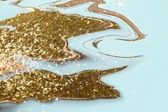 Яркие пропуская цвета золота чернил на голубой предпосылке Современный мраморный, больший дизайн для всех целей Жидкостная мрамор стоковые фотографии rf