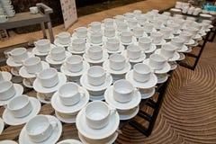 Яркие пустые чашка и поддонник на таблице Стоковое Фото