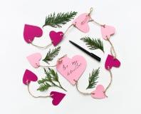 Яркие розовые бумажные сердца соединились с веревочкой на день ` s валентинки Плоское положение на белой предпосылке Стоковые Изображения RF