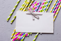 Яркие розовые и желтые бумажные соломы и пустая бирка для текста Стоковое Изображение RF