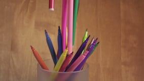 Яркие ручки войлок-подсказки падают в стекло, замедленное движение сток-видео