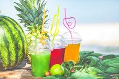 Яркие свежие здоровые соки, плодоовощ, ананас, арбуз на предпосылке моря Лето, остатки, здоровый образ жизни Стоковая Фотография RF