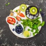 Яркие сочные зрелые ягоды и плодоовощи для рецептов лета здоровых, охлаждая пить, завтраков, закусок в коробках для завтрака: кив Стоковые Изображения