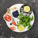 Яркие сочные зрелые ягоды и плодоовощи для рецептов лета здоровых, охлаждая пить, завтраков, закусок в коробках для завтрака: кив Стоковая Фотография RF