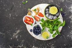 Яркие сочные зрелые ягоды и плодоовощи для рецептов лета здоровых, охлаждая пить, завтраков, закусок в коробках для завтрака: кив Стоковое Изображение RF